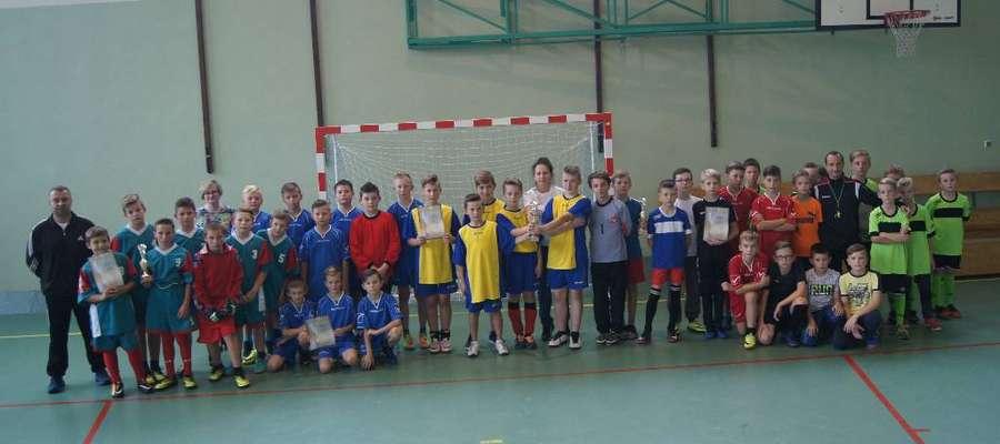 Młodzi piłkarze z nowomiejskiej gminy z opiekunami i organizatorami turnieju w Bratianie