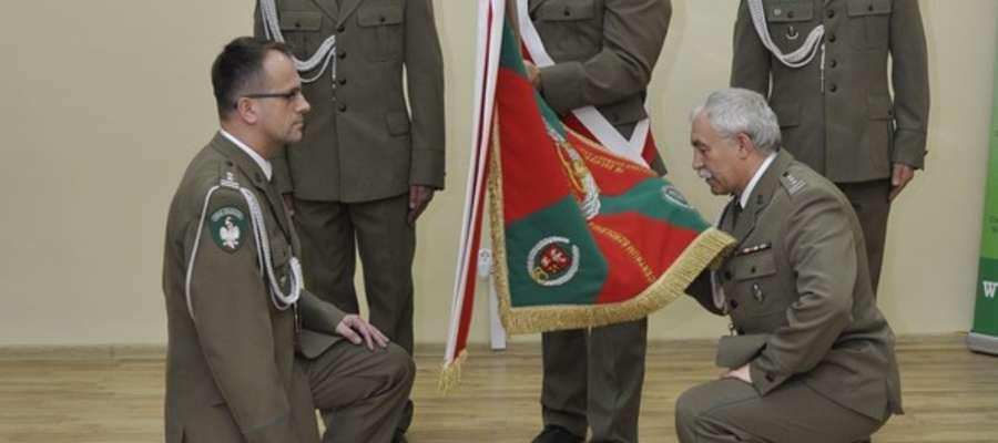 Ppłk SG Andrzej Andrzej Prokopski (po lewej) przejął obowiązki komendanta z rąk ustępującego z tej funkcji płk SG Romana Łubińskiego (po prawej)