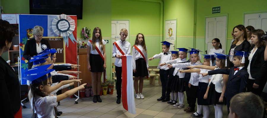 Moment ślubowania pierwszaków w szkole w Tylicach