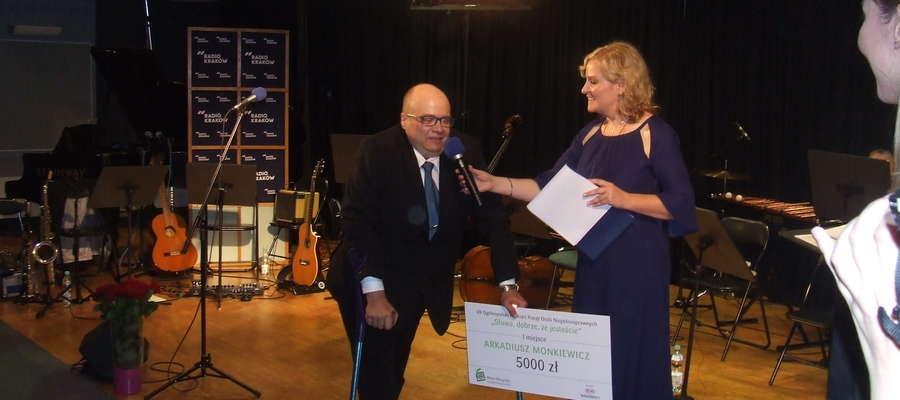 Arkadiusz Monkiewicz odbiera konkursową nagrodę