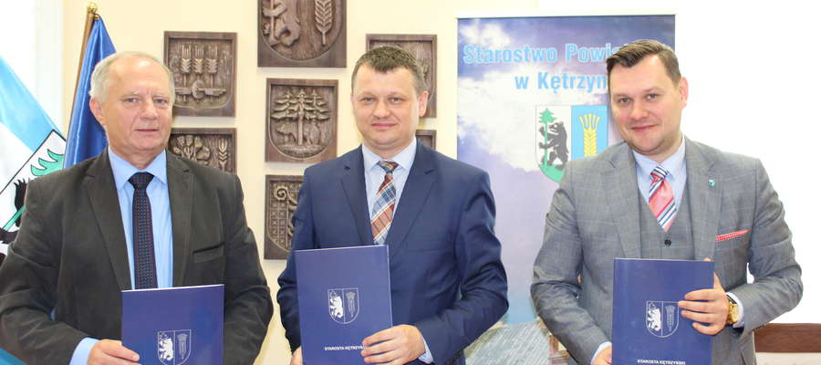 Starostowie Ryszard Niedziółka i Michał Krasiński w towarzystwie przedstawiciela wykonawcy - Jacka Pasika.