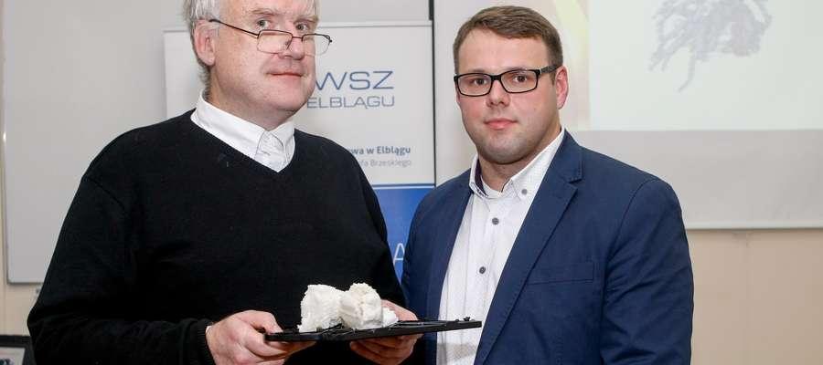 Wojciech Wojtkowski (z prawej) razem z dr. inż. Henrykiem Olszewskim prezentują model serca w 3D