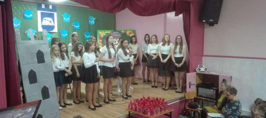 Podczas akademii z okazji Dnia Edukacji Narodowej w szkole w Mrocznie