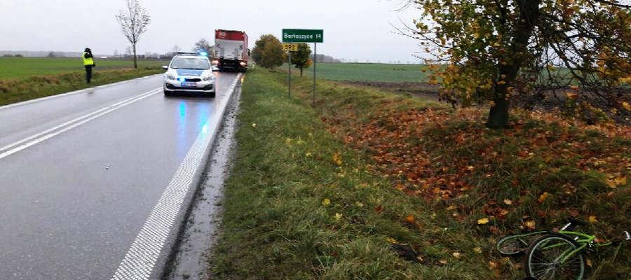 Rowerzysta po potrąceniu przez ciężarówkę wjechał do rowu.
