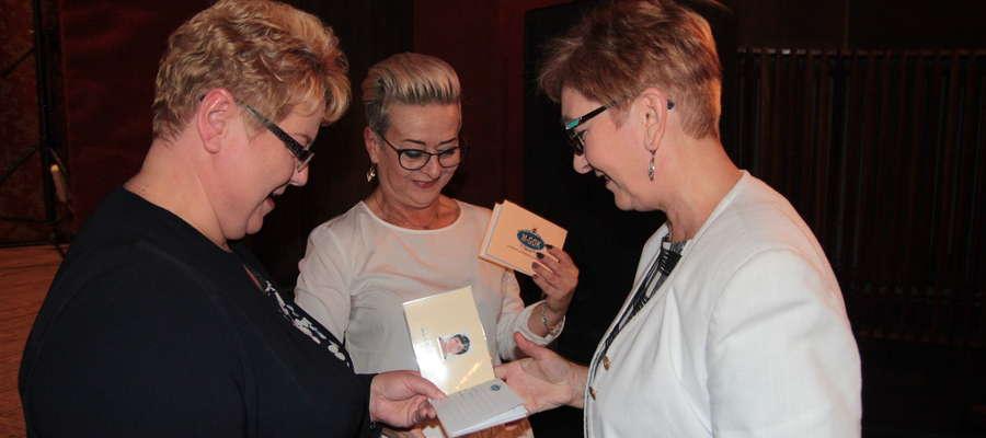 Indeksy sępopolskim studentom wręczyły Irena Wołosiuk, burmistrz Sępopola oraz Magdalena Gutkowska, dyrektor M-GOK w Sępopolu