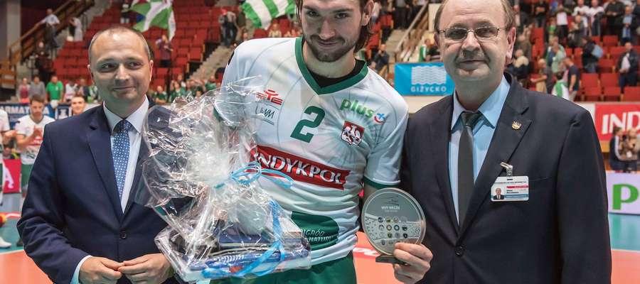 Jan Hadrava z Indykpolu AZS prezentuje statuetkę dla najlepszego zawodnika (MVP) meczu z Espadonem