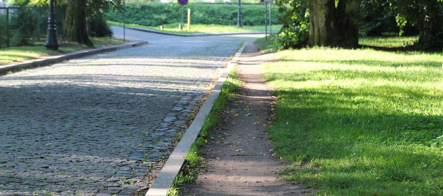 Ścieżka wydeptana przez mieszkańców wzdłuż część ul. św. Brunona