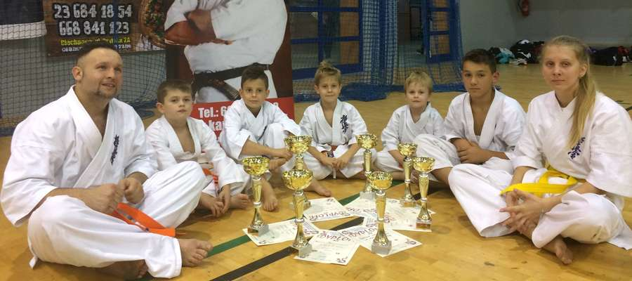 Ekipa iławskich karateków ze zdobyczami po turnieju w Ciechanowie