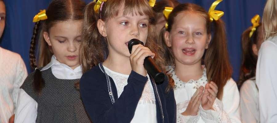 Dzieci podczas występu na apelu