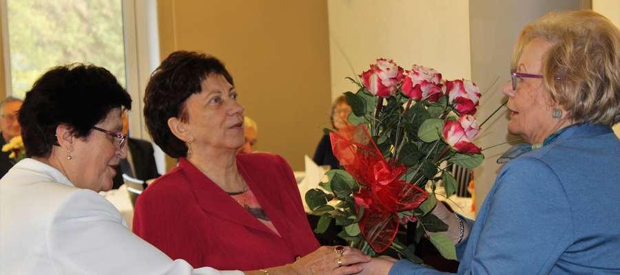 Na ręce Lucyny Abramowicz życzenia w dniu święta osób niewidomych złożyła m.in. burmistrz Otolia Siemieniec.