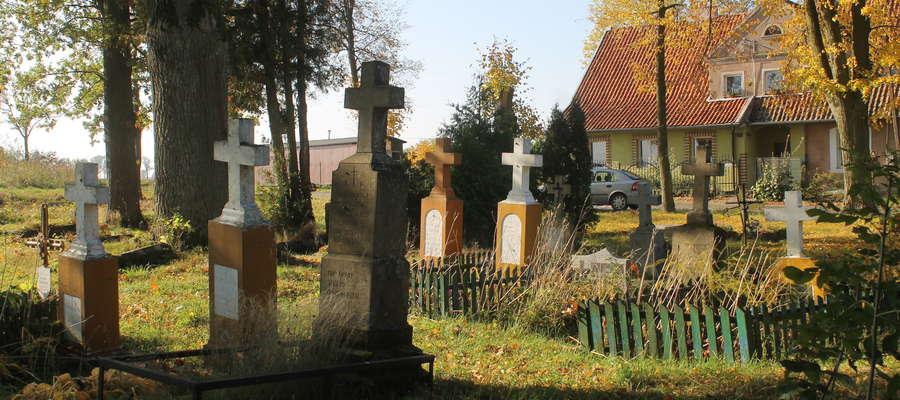 Nagrobki z lat 50-tych osób wyznania prawosławnego na cmentarzyku w Satopach-Samulewie.