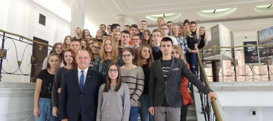 Pamiątkowe zdjęcie licealistów z posłem