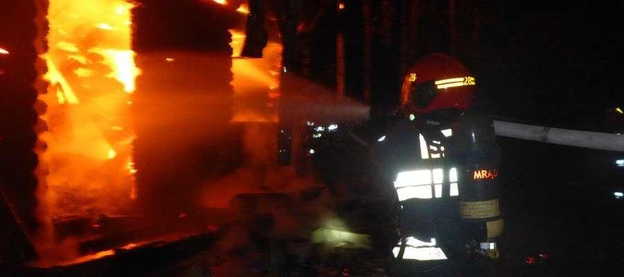 W Faszczach spłonął letniskowy dom z bali.