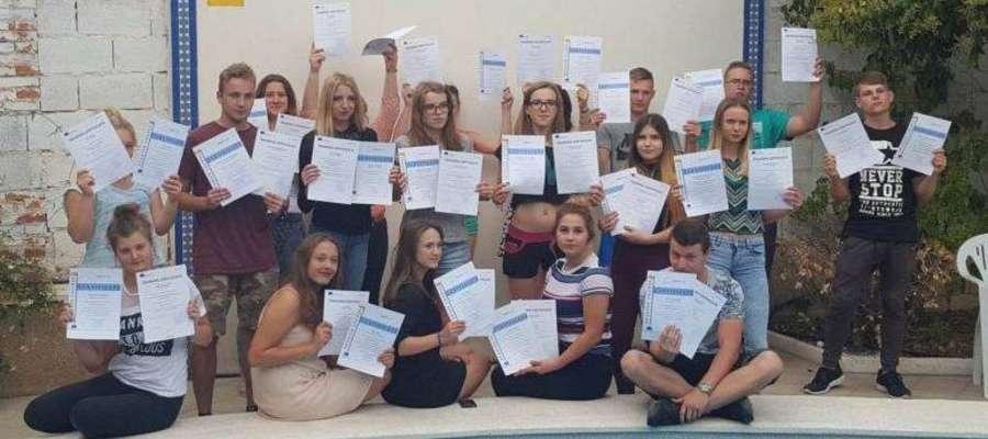 Uczestnicy projektu na potwierdzenie zdobytych umiejętności otrzymali certyfikaty Europass Mobility
