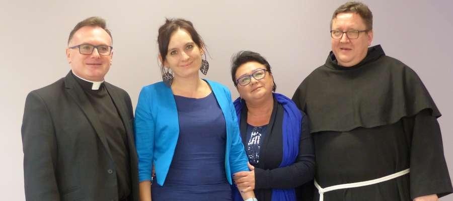 Od lewej: ks Mariusz Ostaszewski,  Barbara Malec i Liliana Kurańczyk, proboszcz parafii pw. św. Pawła Apostoła,