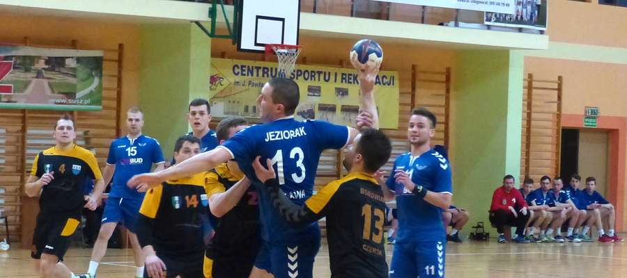 Piłkarze ręczni Jezioraka dobrze się czują w hali CSiR Susz, tu w ataku Tomasz Kalwas podczas meczu z Borowiakiem Czersk