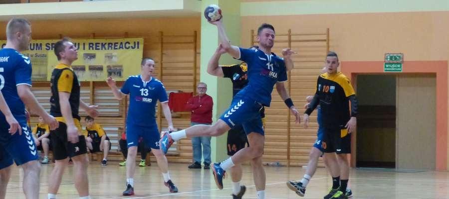 W ataku kapitan Jezioraka, rozgrywający Karol Kosopud (podczas meczu z Borowiakiem w sezonie 16/17)