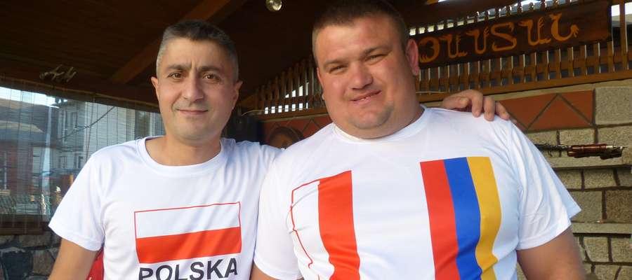 Armen Ghazaryan i Krzysztof Kaczmarczyk w polsko-ormiańskich koszulkach, zamówionych specjalnie na wyjazd na mecz eliminacji mistrzostw świata