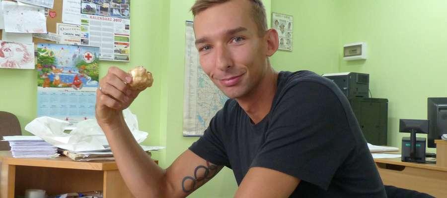 Dieta poszła na bok: Miłosz Jankowski podczas wizyty w naszej redakcji zajadał się najpyszniejszymi na świecie ptysiami (na pewno wiecie z której cukierni:)