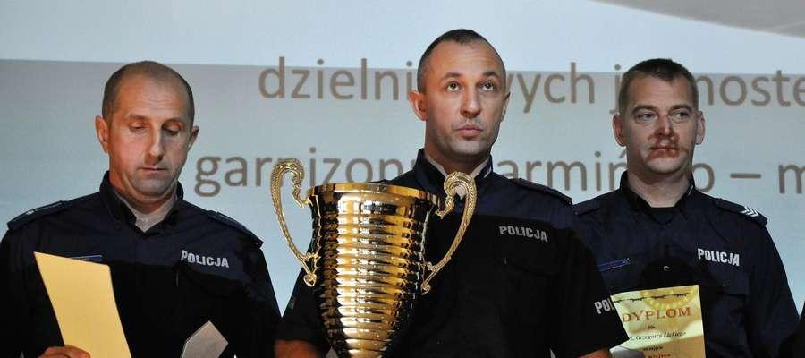 """Mł. asp. Artur Żejmo z KPP Kętrzyn był drugi w wojewódzkim etapie zawodów na """"Dzielnicowego Roku 2017""""."""