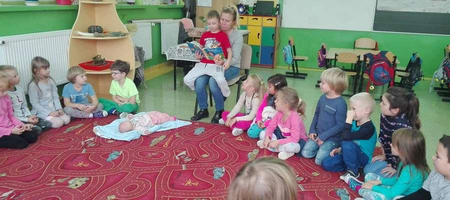 Rodzice czytali baśnie przedszkolakom