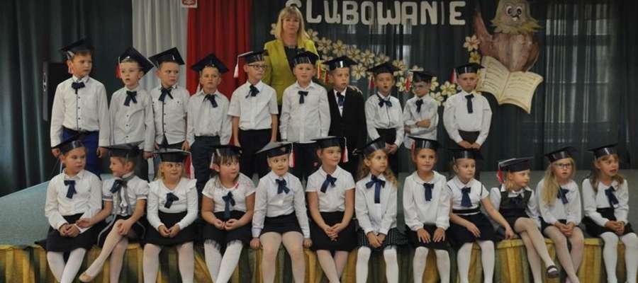 Uczniowie klasy pierwszej z wychowawczynią