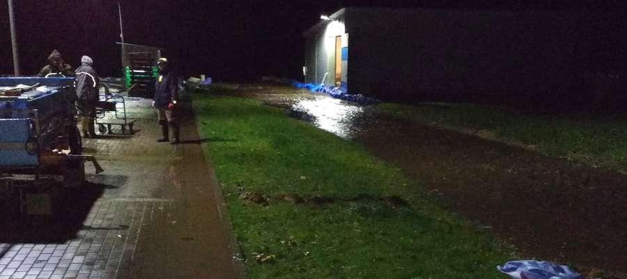 Strażacy i mieszkańcy Wirwajd zabezpieczali brzegi i monitorowali poziom wody w niewielkiej poburzance