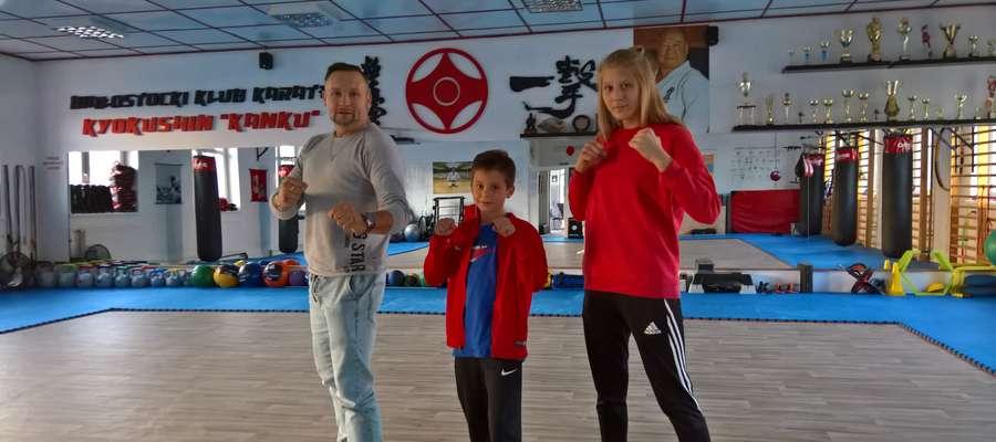Od lewej strony Andrzej Galik, Wiktoria Witkowska i Jakub Zalewski z Iławskiego Klubu Kyokushin Karate