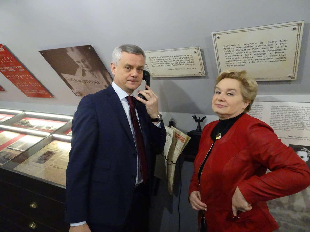 """Dyrektor Piotr Żuchowski """"dzwoni"""" do Seweryna Pieniężnego. Obok Małgorzata Strzyżewska - full image"""