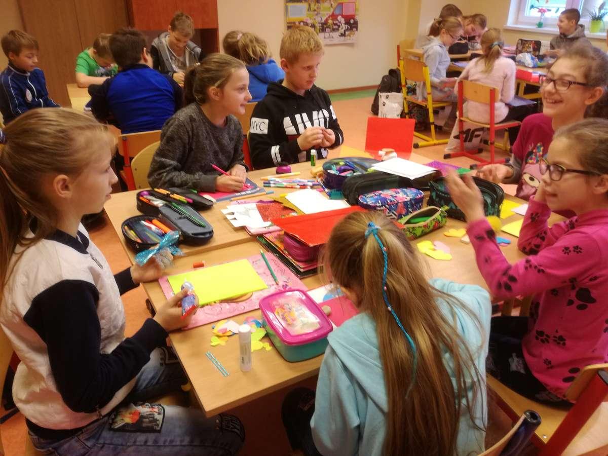 Uczniowie z Radomna pokazują wykonane kartki