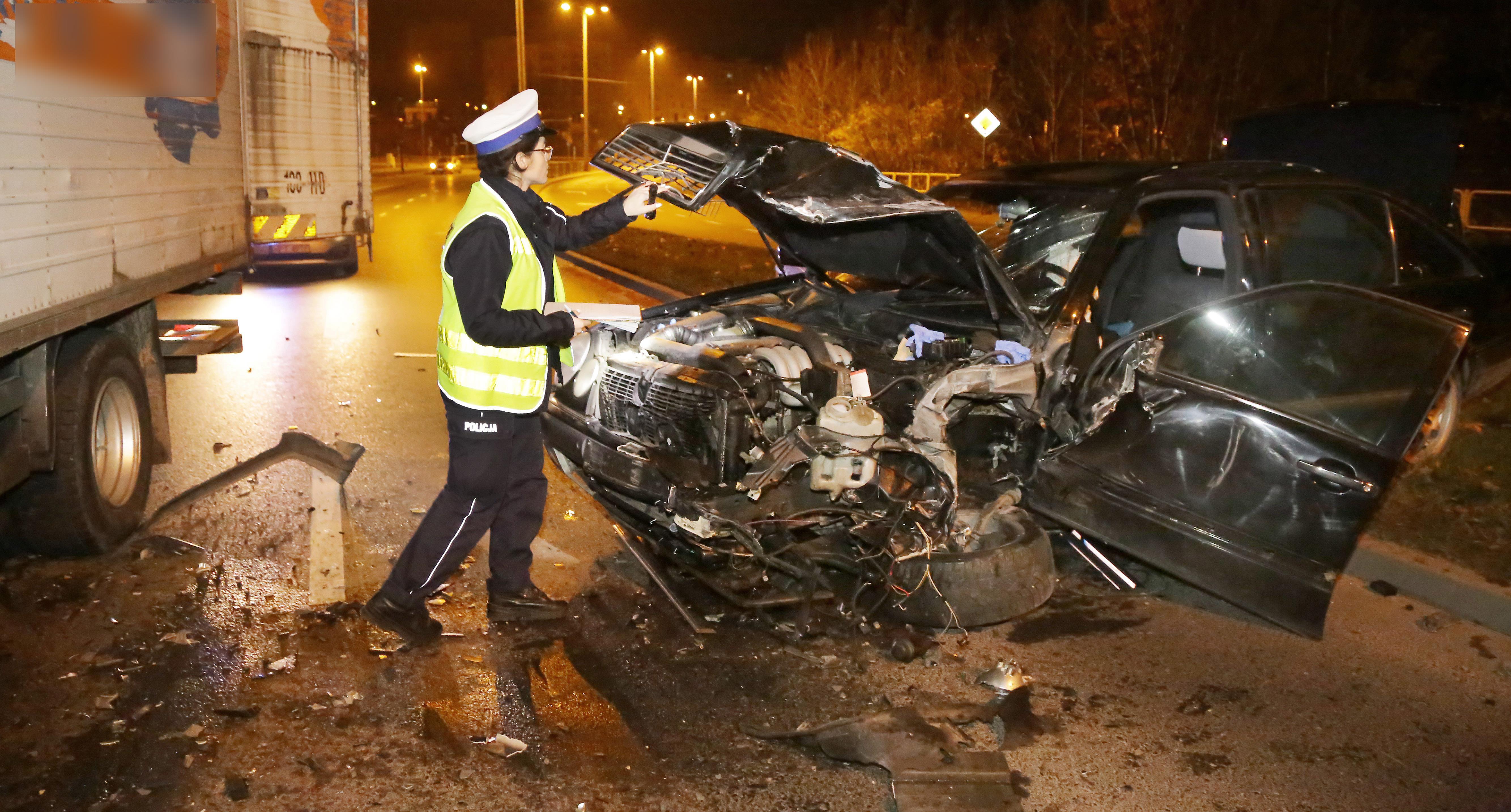 Wypadek Obrońców pijana  Olsztyn-pijana kobieta mając około 1 promila alkoholu jechała pod prąd osobowym  Mercedesem ulicą Obrońców Tobruku i zderzyła się czołowo z ciężarówką. Trafiła do szpitala.