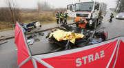 Pod Olsztynem osobówka zderzyła się czołowo z ciężarówką. Zginęła jedna osoba [ZDJĘCIA i WIDEO]