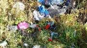 Sępopol. Śmieci wyrzucone na brzeg rzeki Guber.
