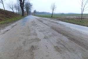 Rolnik z gminy Srokowo ukarany mandatem za błoto na jezdni. Policja apeluje o przestrzeganie przepisów i przypomina o konsekwencjach