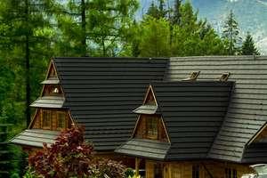 Drewniany dom z blaszanym dachem