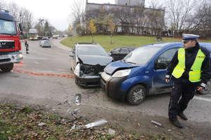 Zderzenie aut na skrzyżowaniu Zientary-Malewskiej i Poprzecznej w Olsztynie. Utrudnienia w ruchu! [ZDJĘCIA]