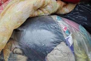 Kontenery na odzież używaną pełne śmieci