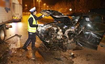 Zderzenie samochodu osobowego z ciężarówką. Jedna osoba w szpitalu