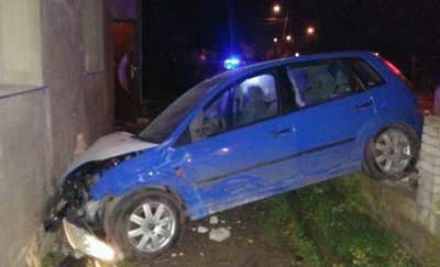 18-latek z Olsztyna przewiózł swojego kolegę. Podróż zakończyli na ścianie budynku