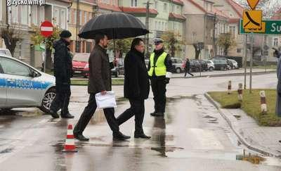 Czego potrzebuje wiceminister Zieliński, żeby przejść przez przejście? Nasze zdjęcie obiegło polskie media