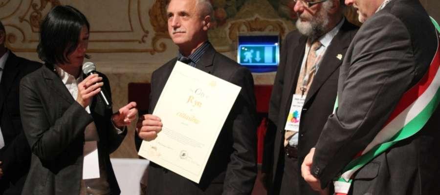 21 października 2012 roku w czasie trwania Zgromadzenia Ogólnego międzynarodowego Stowarzyszenia Cittaslow w Novellarze we Włoszech Burmistrz Miasta i Gminy Ryn Józef Karpiński odebrał certyfikat przyjęcia Miasta Ryn do sieci Cittaslow