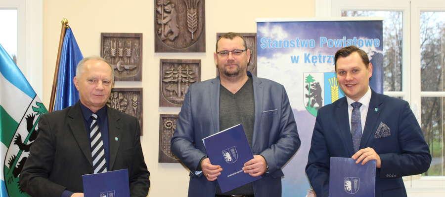 Umowę podpisali starosta Ryszard Niedziółka (po lewej) i wicestarosta Michał Krasiński (po prawej) z przedstawicielem firmy Strabag, Markiem Sobotą (w środku).