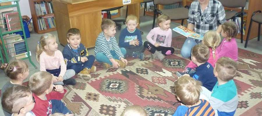 Bibliotekarki chcą zachęcić dzieci do czytania książek.