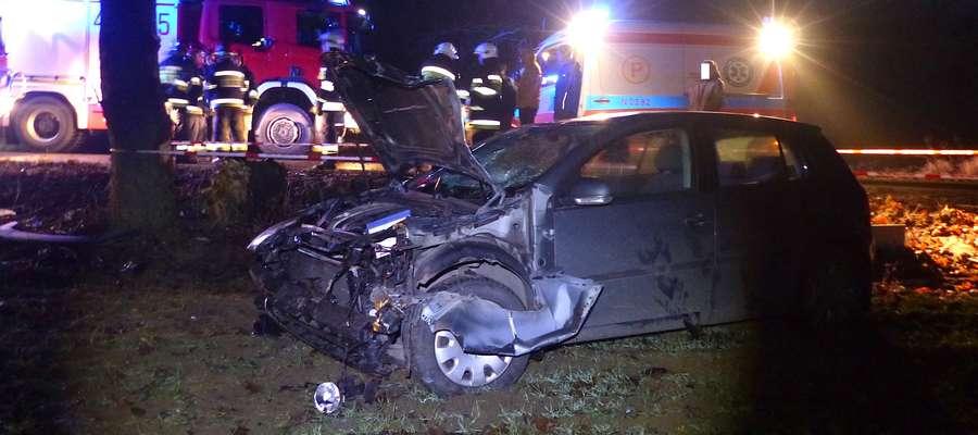 W rowie dachował Volkswagen, który wpadł w poślizg na drodze pod Omulem