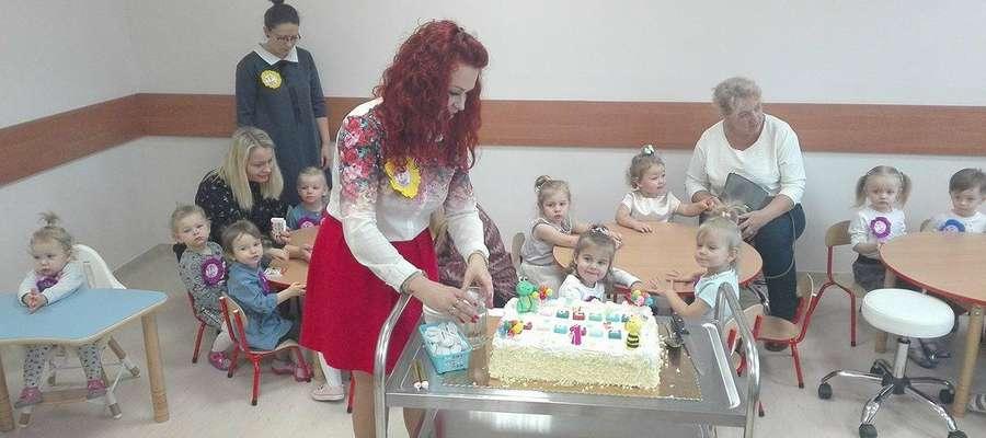 Dzieci z niecierpliwością czekały na pyszny tort