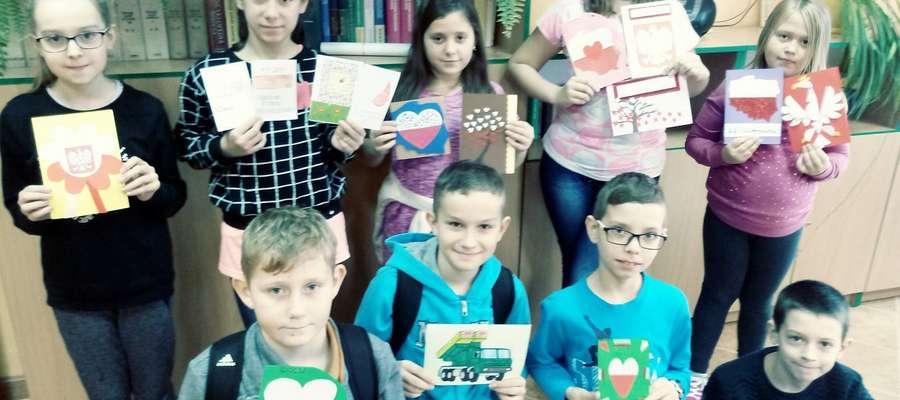 Uczniowie z Poniatowa włożyli wiele starań w przygotowanie kartek.