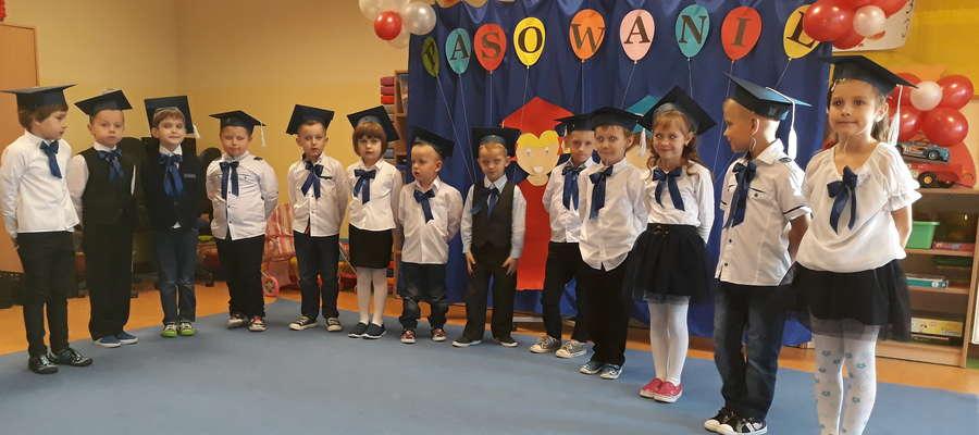 Podczas pasowania na przedszkolaka w Radomnie