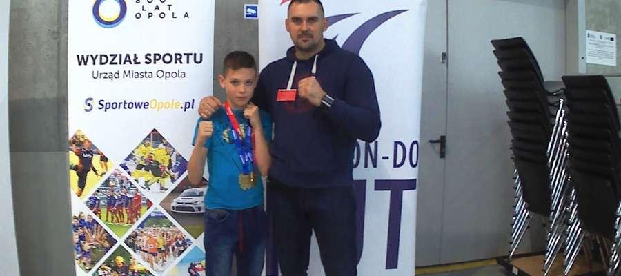 Daniel Niedźwiecki (ITS Jeziorak Iława) na zdjęciu z tatą Sylwestrem