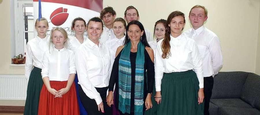 """Dorota Herok (w środku) poprowadziła warsztaty tańca żydowskiego w Powiatowym Domu Kultury """"Czerwony Tulipan"""" w Kętrzynie."""