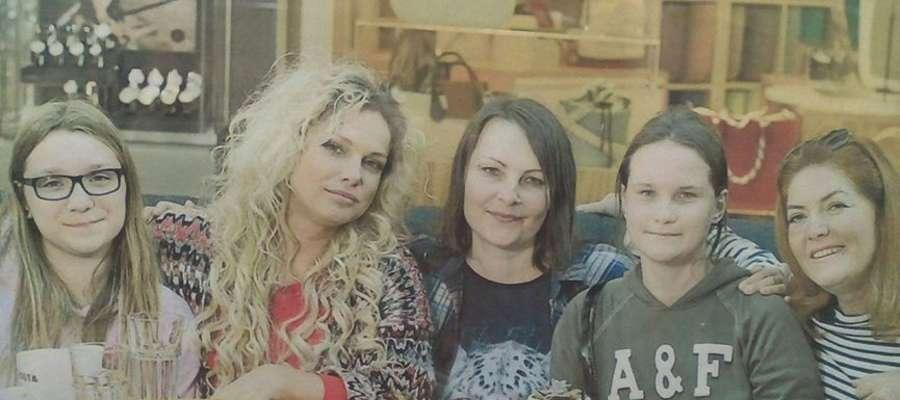 Pani Lidia (w środku) z córkami oraz Joanną Liszowską (druga z lewej) i Katarzyną Dowbor (pierwsza z prawej)